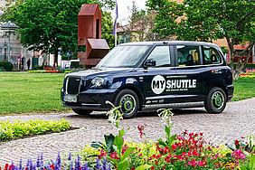 """Schwarzes """"MyShuttle""""-Fahrzeug im Ettlinger Stadtpark"""