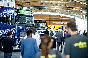 Lastwagen und Messe-Besucher in einer Halle der Messe Karlsruhe.