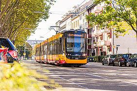 Trambahn in der karlsruher Südstadt. Am Straßenrand stehen parkende Autos