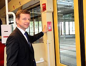 Ascan Egerer steht in der Bahn