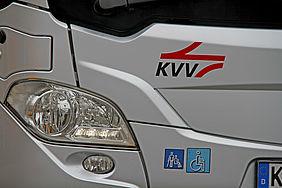 Vorderlicht eines Busses mit KVV-Logo