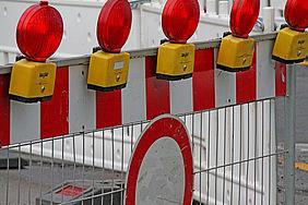 Absperr-Schranke mit roten Warnleuchten