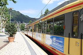 AVG-Stadtbahn an einer Haltestelle in Bad Wildbad