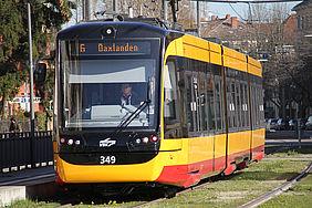 Eine Bahn (NET2012) steht an der Haltestelle.